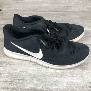 Black nike tennis shoes